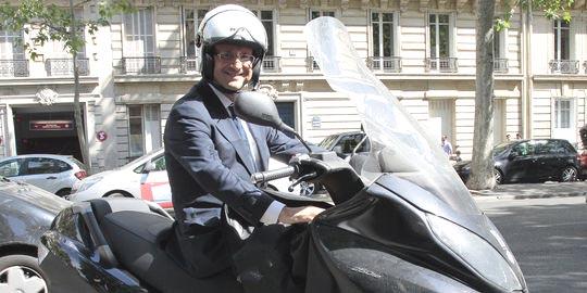 Hollande in moto, maggio 2011 (J. Demarthon per AFP)